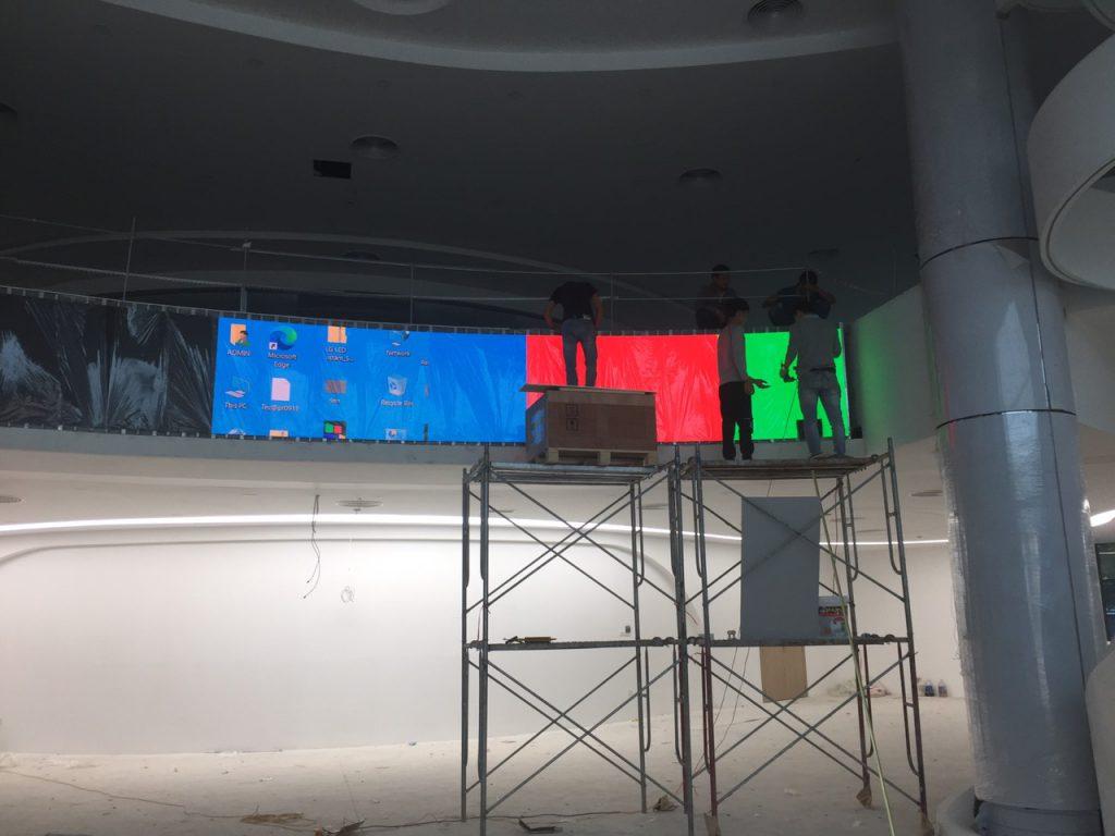 Các ky thuật đang lắp đặt màn hình led cong p2.0