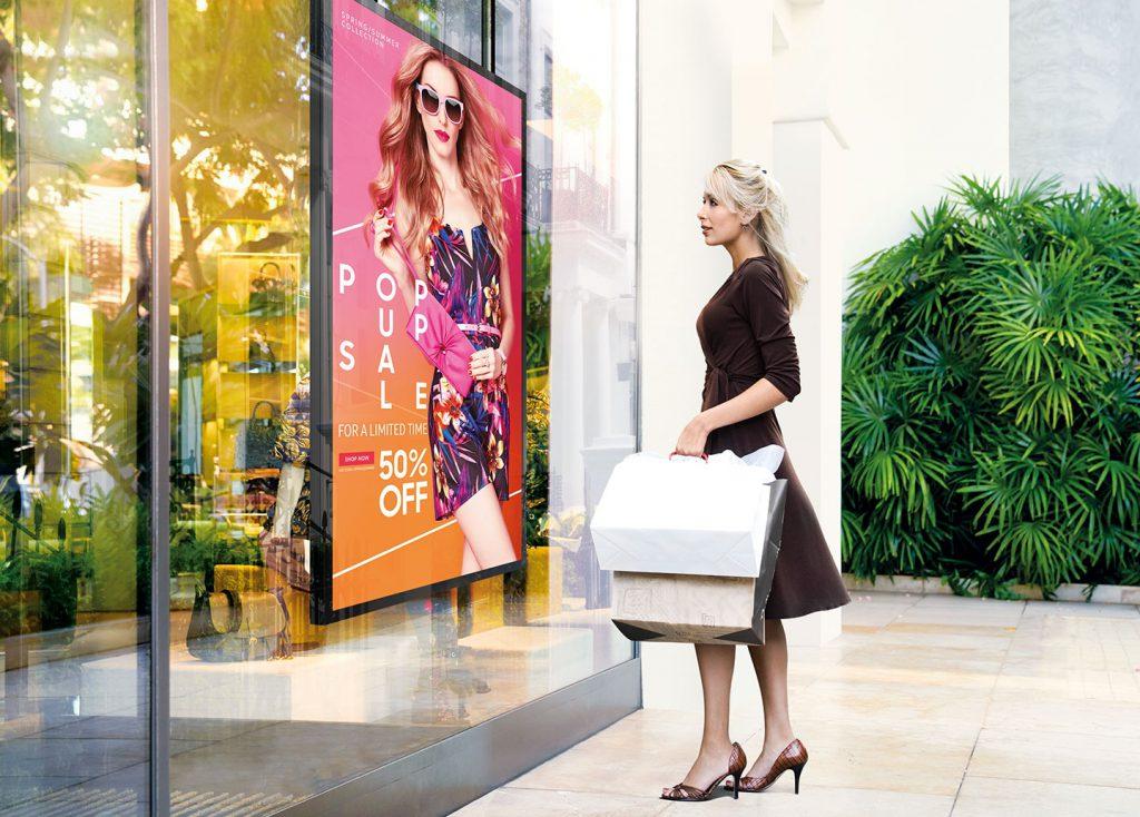Màn hình biển báo hiển thị nội dung quảng cáo ngay mặt trước cửa hàng